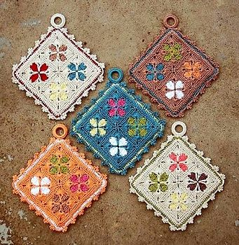 Links to tons of free potholder patterns (which can be used for blankets when joined)
