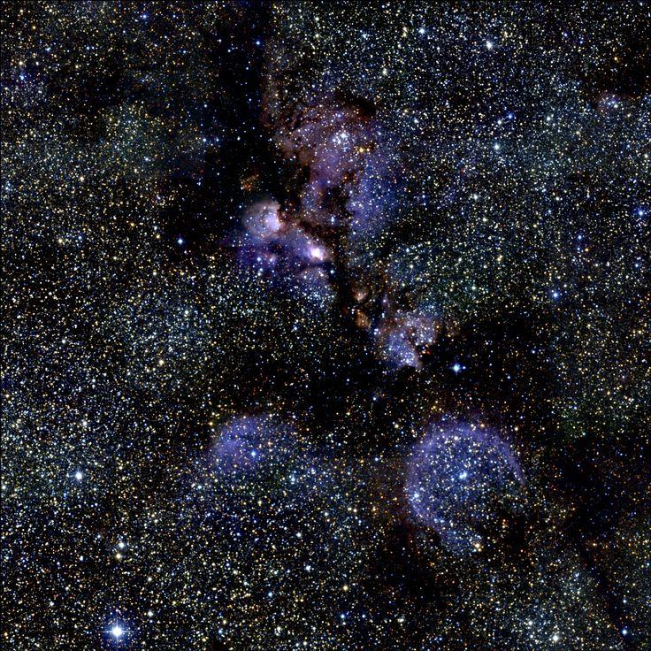 Nebulosa Pata de Gato (Nebulosa Garra de Oso, NGC 6334, Sh2-8, RCW 127, Gum 64, ESO 392-EN 009). También conocida como Nebulosa Huella de Gato, es una nube de gas radiante o Nebulosa de emisión que parece la gigantesca huella de un gato cósmico recorriendo el Universo. está localizada en la constelación del Escorpión, cubre un área del cielo un poco mayor que la de la Luna llena.