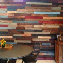 mur coloré en palettes