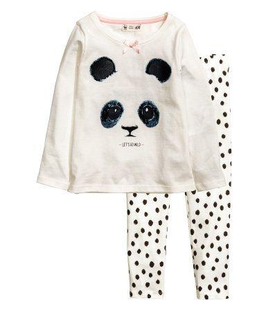WWF/CONSCIOUS. Natsæt i økologisk bomuldsjersey. Langærmet trøje med tryk foran. Bukser med elastik i taljen. Når du køber denne vare, går 10% af indtægterne til WWF. (str. 122/128) – hm.com