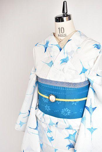 さっぱりとした白の地に、清々しく映える青の濃淡で染め出された、群れなし飛ぶ鶴のような鷺のような鳥が印象的な夏着物風の化繊浴衣です。