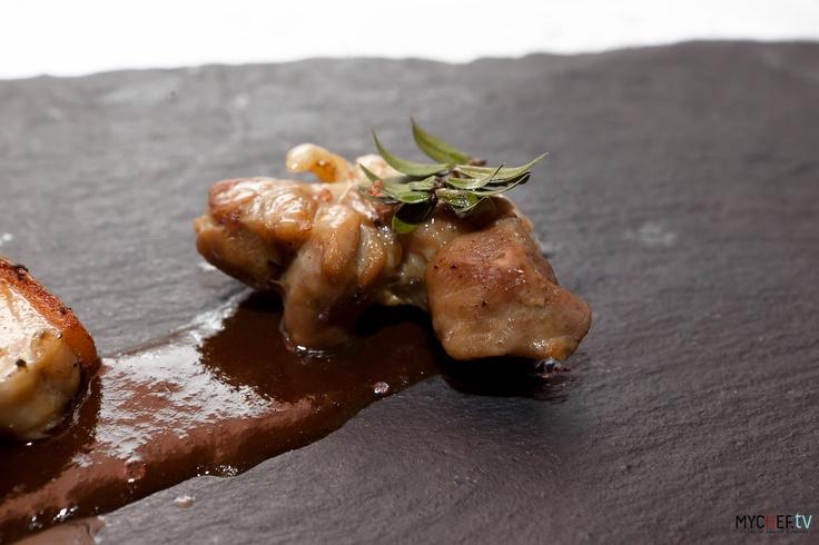 """Un assaggio de """"la maialata"""": schiena di maiale in porchetta cotta in bassa temperatura, costoletta arrostita, coppa cotta in sottovuoto con il mirto"""