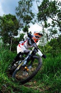 Aksi atlit sepeda downhill di Turgo Bike Park. (Benedictus Oktaviantoro/Maioloo.com)