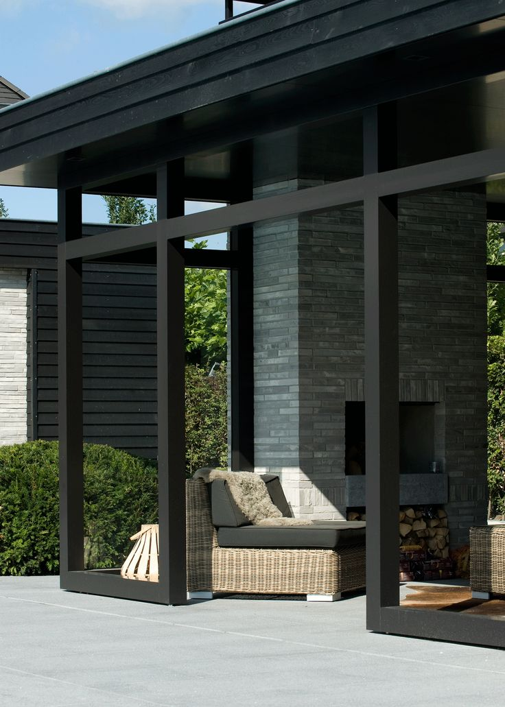 Project 'In de Wolken.' van Heart for Gardens. Design poolhouse met buitenhaard, geheel in stijl met de woning. #overkapping #modern
