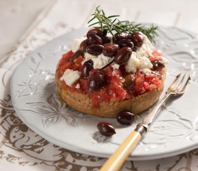Ρωμαίοι, Βυζαντινοί, Άραβες, Ενετοί και Οθωμανοί. Ακόμα και οι τρόποι παρασκευής των φαγητών παραμένουν απλοί: ψητά, βραστά ή γιαχνί.