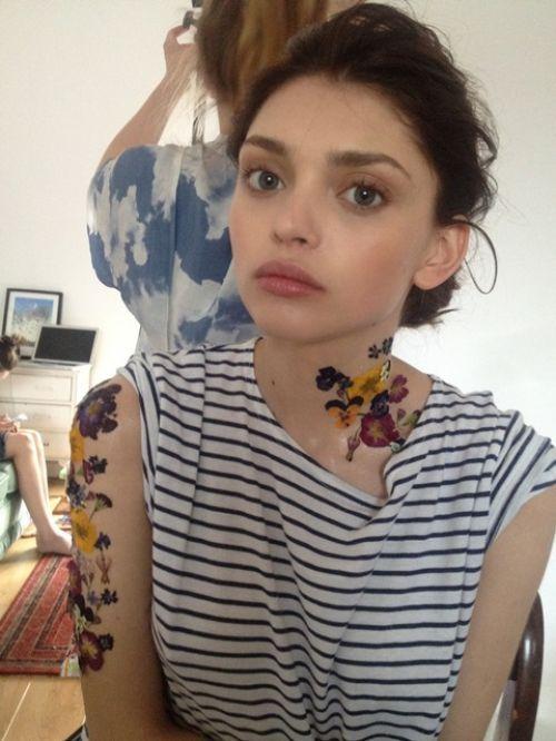DIY temporary flower tattoo by makeup artist Verity Cumming Pick... (via Bloglovin.com )
