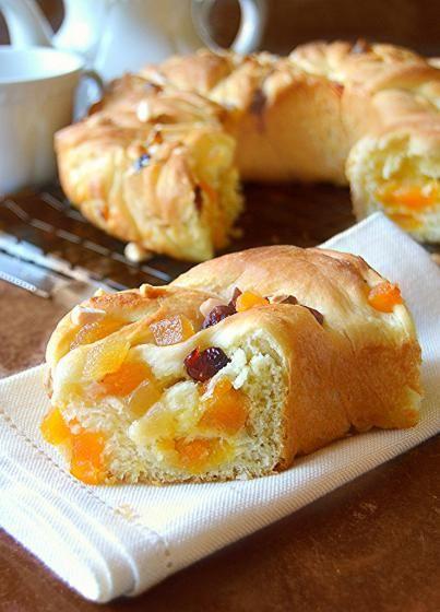 Ciambella intrecciata al burro e cannella con frutta candita  #ricette #food #recipes