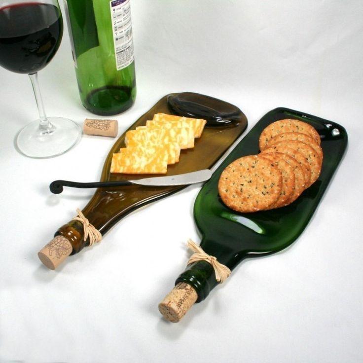 Sirve tus snacks favoritos en una original tabla hecha con una botella de vidrio reciclada.