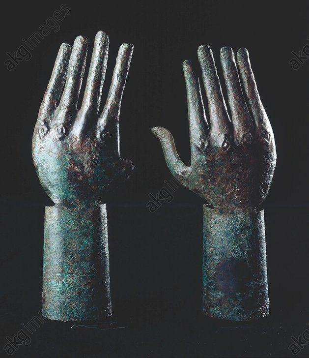 Art étrusque, v. 680–670 av. J.–C.    Paire de mains.    Plaque de bronze, repoussée et gravée, H. 0,235 ; Diam. du poignet : 0,049. Trouvée à Vulci, nécropole de l'Osteria,  tombe du Carro di Bronzo. Inv. No. 84867, 84868  Rome, Museo Nazionale di Villa Giulia.