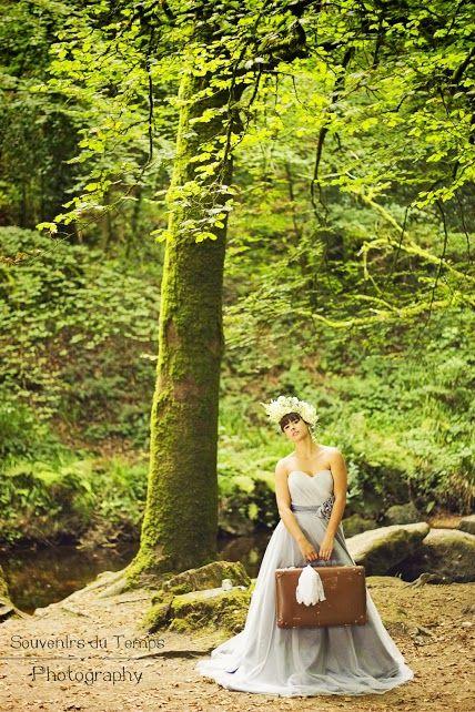 Mariée avec sa valise en forêt - Bretagne - www.bcce.fr