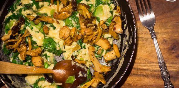 Omleta cu ciuperci de padure si varza timpurie.