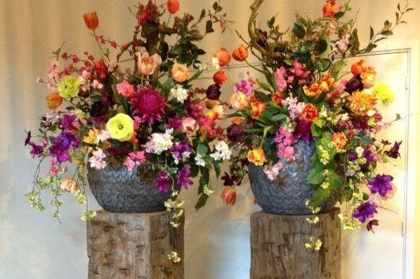 Solits meerpaal sokkels met prachtige kunstbloemen.