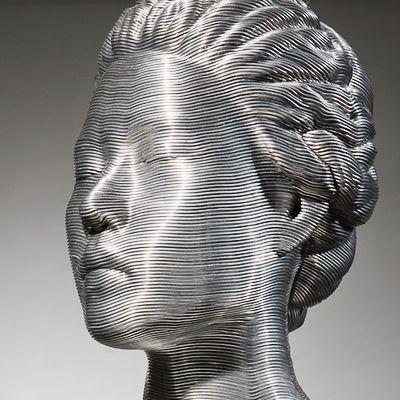 Conheça as esculturas de Seung Mo Park. Moldando cabos de alumínio o artista coreano consegue dar forma ao corpo feminino, capturando muitos detalhes como os tecidos amassados e os detalhes do cabelo. Confira!