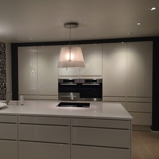| K J Ø K K E N | HTH kjøkken i modell Seven hvit høyglans med Solid hvit kompositt benkeplate og Miele hvitevarer✔️