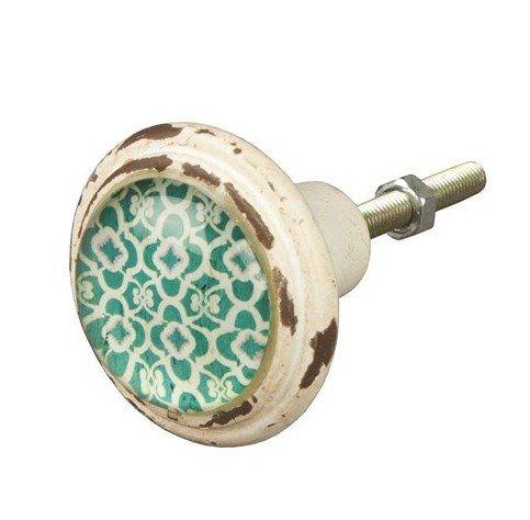 Brocante kastknop van metaal in cremekleur en sleets effect. Er is een inlay met groen bloemenmotief en glas. Fleur al je kasten, ladekasten en deuren op met de