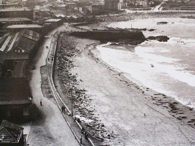 Impresionante vista de las playas Orzán y Riazor en 1958, a la izquierda edificios de las Cocheras y Bomberos.