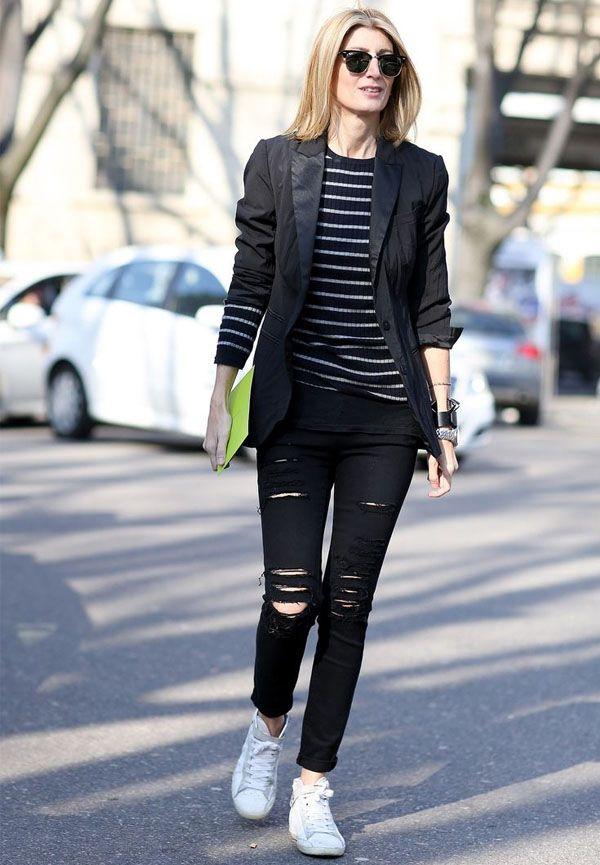 Street style calça rasgada e blusa listrada no casual friday.