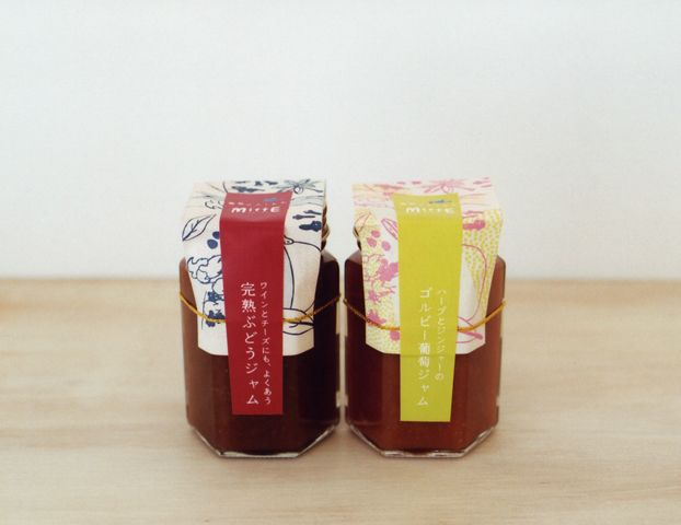 愛知県日進市にある「葡萄のふくおか」ぶどうジャムのパッケージデザイン。ふくおかさんは日進と豊田の農場で、いろいろな品種の葡萄を育てています。ジャムができあがるまでのストーリーや、ぶどうジャムを使って作る料理レシピなど読みものを印刷したリーフレットをそのまま包装紙にする事で、開封する楽しみと共に生産者の想いを伝えるツールになるようデザインしました。 ジャムはふくおかさんの直売所他、名古屋市内のカフェなどでも販売中です。