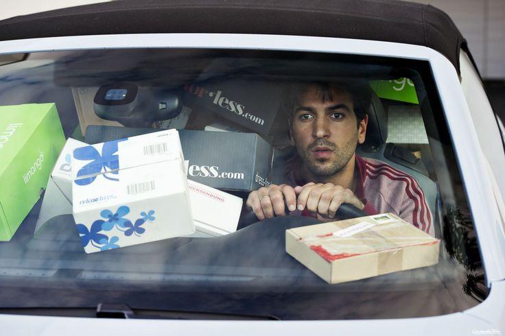 Eroll (Elyas M'Barek) ist vor lauter Paketen in seinem Auto fast nicht mehr zu sehen.  © 2014 Constantin Film Verleih GmbH / Marco Nagel