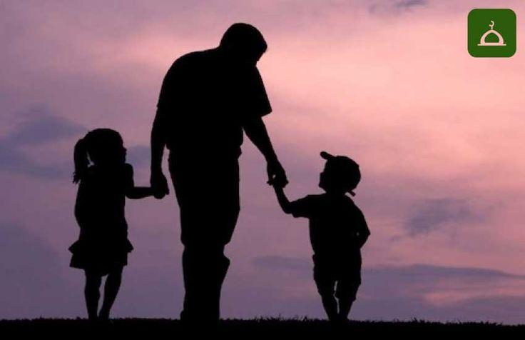 """Babalar günü de anneler günü gibi Batı kaynaklıdır. Böyle bir güne mahsus bir baba veya anne sevgisini yılda bir kez hatırlamak, dinimize göre tavsiye edilen bir şey değildir. Bilakis, İslam dini, anne – baba hakkında, sürekli tavsiyede bulunan kitabını/Kur'an'ı onların eline vermiş ve ona göre hareket etmelerini emir vermiştir:  """"Rabbin sadece kendisine ibâdet etmenizi ve anne-babaya iyilik etmeyi kesin olarak emretti. Şayet bunlardan biri veya her ikisi senin yanında yaşlanırsa, sakın…"""