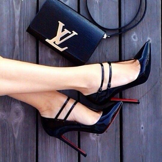 Sapato salto alto fino, preto verniz com interior do salto vermelho