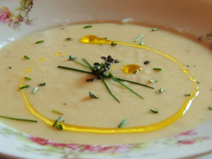 Vellutata di cipolle e patate con erbe aromatiche