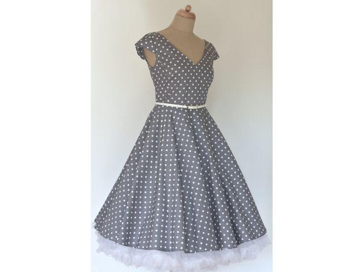 LOREN retro šaty šedé s puntíkem. šaty mají V výstřih na předním i zadním díle kolová sukně dlouhá 60 cm zip na pravé straně materiál 100% bavlna skladem velikost 42