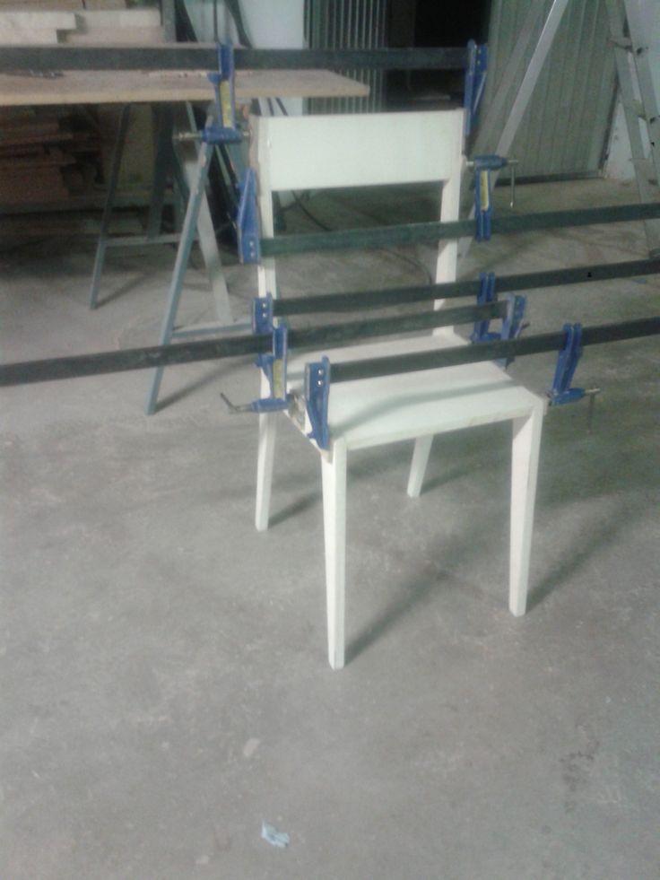 Montaje de silla de diseño.