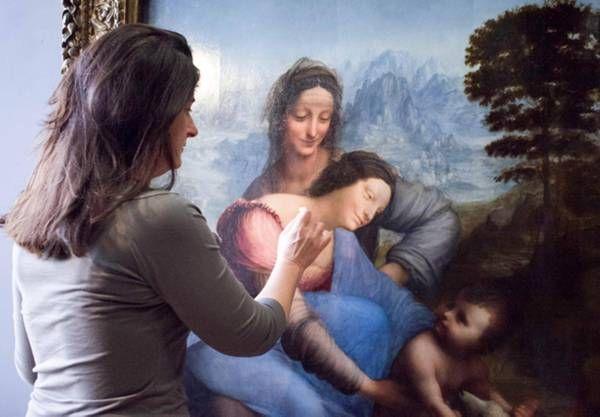 """Sant'Anna, la Vergine e il Bambino,l 1510-1513 ,Leonardo da Vinci, Conservato nel Museo del Louvre di Parigi. """"Leonardo, probabilmente, stemperava con le dita la pittura, tanto da non lasciare alcuna traccia del pennello."""" Le sue impronte sarebbero rimaste invece impresse sulla tela, in particolare, sui capelli della Vergine, sui bordi superiori e sul blu del mantello, tanto che ai primi esami, non risulterebbero successive all'epoca di realizzazione del dipinto."""