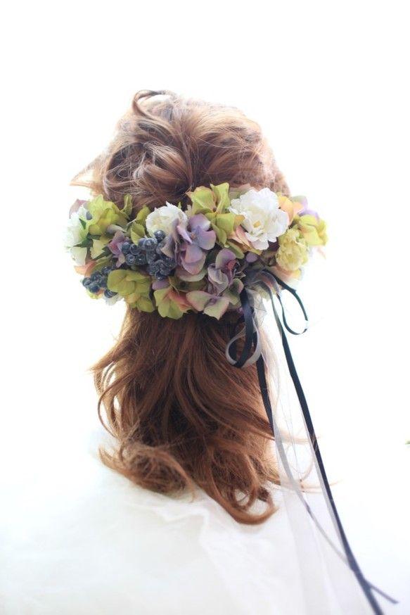シックな色合いの花かんむり小さな小花をたくさん使うことにより まとまり感や気品があふれる花嫁スタイルに仕上げます。また、二つ折にして使うことでボンネのように使用できます。頭まわり 55cm~ (後ろのリボンでサイズ変更できます)ご一緒にブーケ、ブートニア、リストレットなどもお作りできますので ご検討の際はお問い合わせくださいませ。ブライダル・ウエディング・結婚式・パーティー・二次会・成人式・七五三・前撮り撮影などにご利用くださいませ。使用後はお部屋のインテリアとしてぜひご活用くださいませ。造花でお作りしてますので半永久的に退色などはございません。 長くお楽しみいただくためにも水濡れや衝撃を避けて頂きたいと思います。用途入学式、卒園式、卒業式、成人式、七五三、結婚式、ブライダル、二次会、お着物 ヘッドドレス、リストレット、バッグコサージュ、帽子、インテリア、髪飾り アレンジメントバレッタ・浴衣〝ご購入の際の注意点〟 色のグラデーションにより見え方に個体差などがあります。…