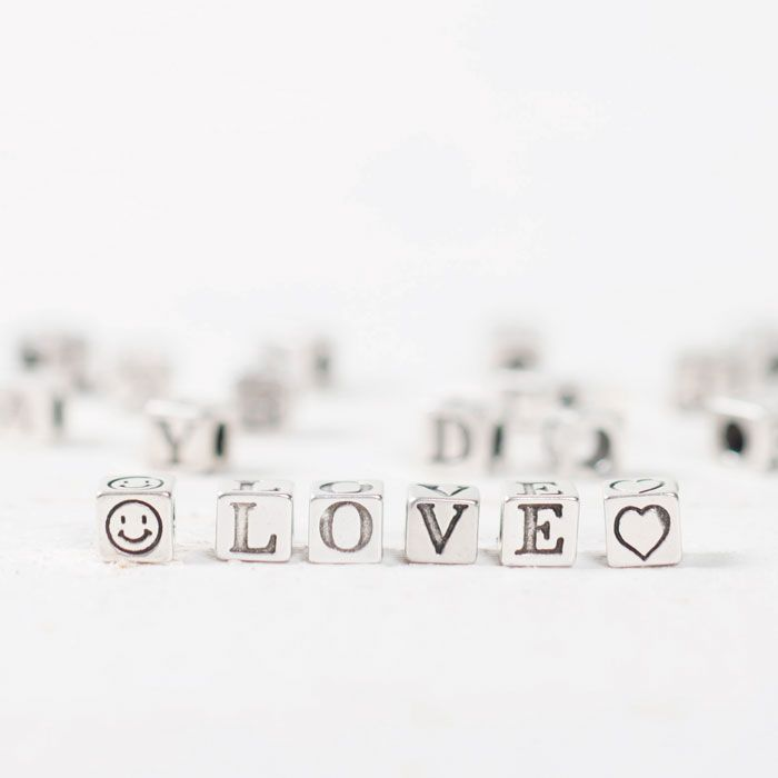 """Love"" Buchstabenperlenaus Metall un Würfelform. #buchstaben #buchstabenperlen #namensarmband #wunscharmband #armbänder #bracelets #diyschmuck #schmuckanleitung #schmuckshop #selbstgemacht #jewelrymaking #schmuckdesign #schmuckideen"