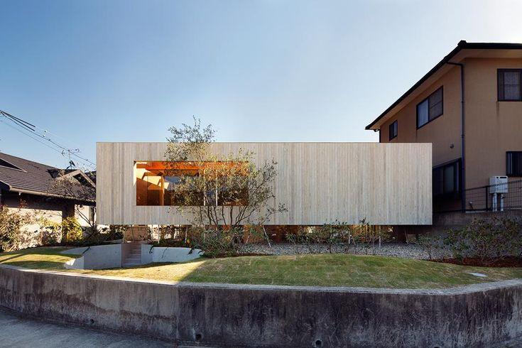 La casa ha una struttura d'acciaio rivestita da un volume in tavole di cedro. All'interno interni le finiture alternano legno compensato, cemento a vista e pavimenti in ciliegio.  Foto Hiroshi Ueda