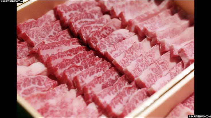 Menos conocida que la carne de buey de Kobe, la carne de ternera de Ozaki es menos accesible e incluso, aseguran, más sabrosa.     #delicatessen #carnes #gourmet #japon