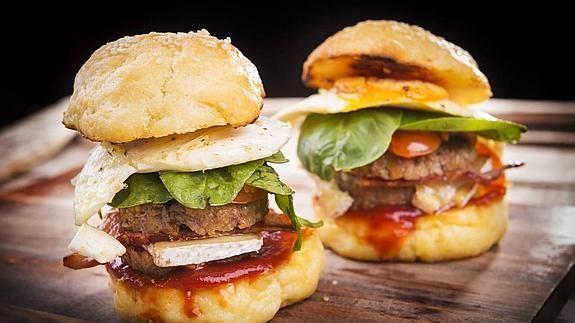 """Se han puesto de moda las hamburguesas de alta cocina: """"¿Cómo sabe uno que está ante una gran hamburguesa, ante una realmente buena? Es fácil. Si le quitas todos los acompañamientos, la ensalada, las patatas, las salsas y el pan, y aún así te apetece comértela, es que estás ante una hamburguesa que merece tal nombre.(Juan Pozuelo autor del libro """"50 hamburguesas para hacer en casa""""). Artículo en El Correo"""