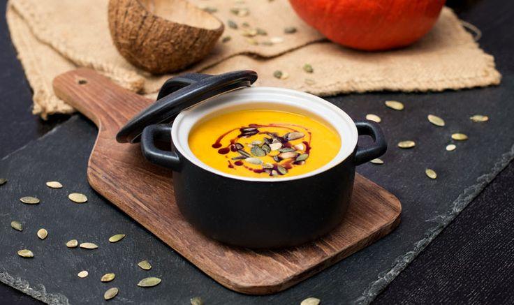 Es gibt kaum jemanden, der sie nicht in der Herbstzeit liebt: Die cremige Kürbis-Cremesuppe. Wir haben hier die Variante mit Kokos und Curry.
