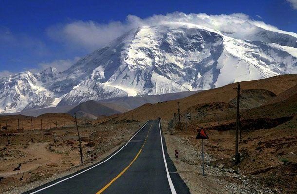 """Karakoram Highway, Pakistán. Ésta es la carretera internacional pavimentada  que alcanza mayor altura en el mundo. Conecta a China con Paquistán  y atraviesa a las montañas karakoram. Es conocida por los chinos como """"la carretera de la amistad"""", y también atraviesa el paso Khunjerab a una altura de 4693 metros sobre el nivel del mar."""