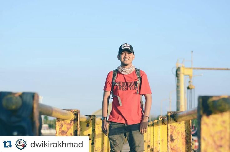 #Repost @dwikirakhmad with @repostapp.  Sesekali upload foto diri sendiri sapa tau ada yang ngajak nikah.. . . Lokasi : pelabuhan jangkar. . . #harbour #dermaga #pelabuhan #jangkar #adventure #paradise #trip #traveling #holiday #landscape #photography #photooftheday #situbondokreatif #enakdisini #folk #folkindonesia #lifefolk #folkmagazine #parapejalan #lingkarindonesia #tentangindonesia #situbondo #jatimparadise #visitindonesia #indonesia by situbondohits