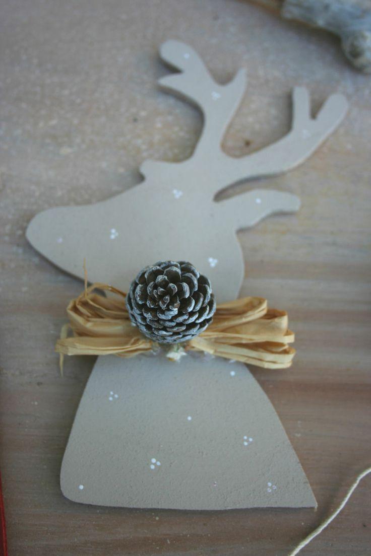 Renna natalizia in legno, shabby con pigna
