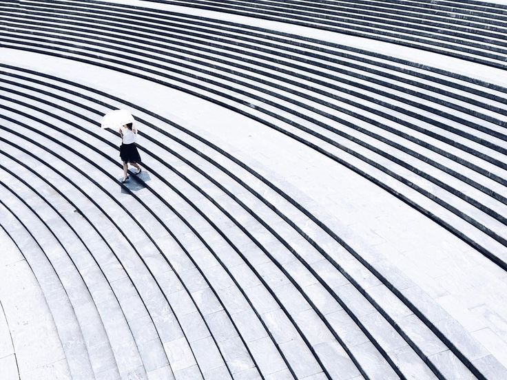 Walking photo at noon  骄阳谁唤下楼梯回头忍笑也依依... 这图线看得眼晕.... #phonecamera #phonepic #shanghai #shanghaicity #lujiazui #陆家嘴 #上海市