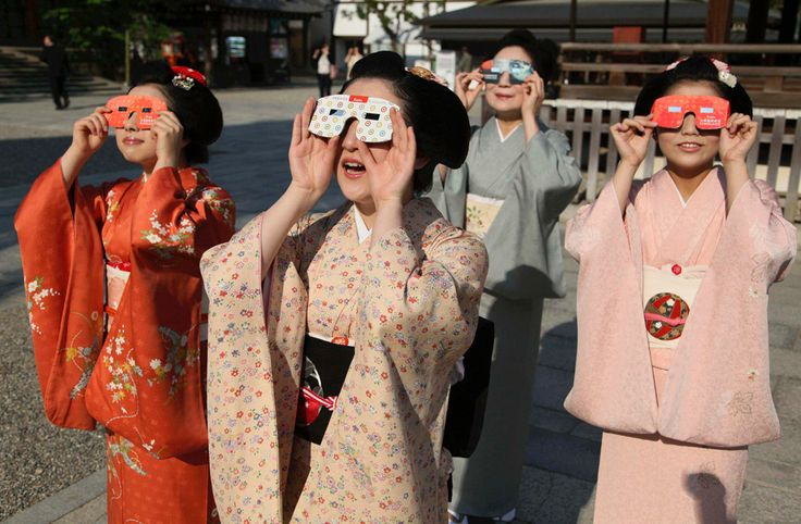Maikos, or apprentice geishas, observe an annular solar eclipse with solar viewers at a shrine in Kyoto, western Japan: Japanese Clothing, Fire Eclip, Japan Geishas, Apprent Geishas, Lunar Eclipse, Kimonos Japan, Japanese Geishas, Rings Of Fire, Solar Eclipse