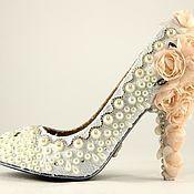 Купить или заказать Свадебные и вечерние туфли авторской работы. Модель 'Нежность'. в интернет-магазине на Ярмарке Мастеров. Если и существует нежность в материи, то это она! Легкие, цвета нежной пудры, окутанные вручную невесомым кружевом, эти туфли обязательно обратят на себя внимание. Они украшены объёмными кружевными цветами, восходя к пятке затейливым узором. Пушистый белоснежный цветок одновременно напоминает скромный бутон и нежную снежинку. Выполнены в 37 размере.