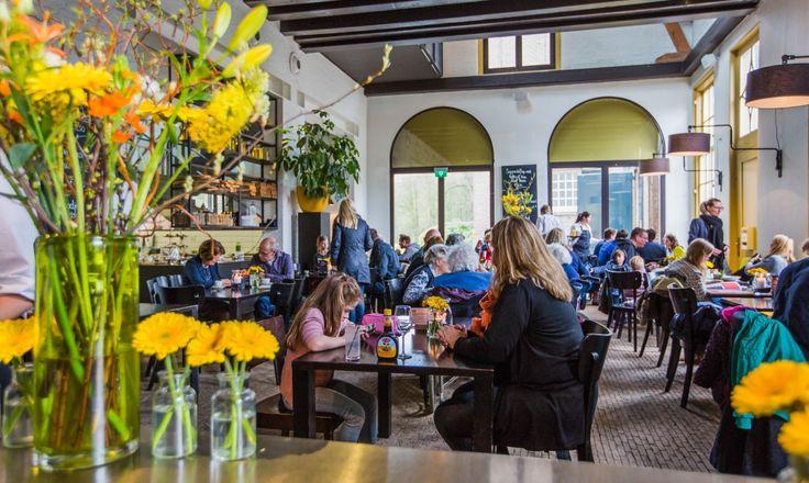 3-gangen lunch naar keuze (soep + broodje / salade) bij Grand Café Groeneveld in Baarn + koffie/thee met handgemaakte bonbons voor €13,50. Lunchen in de een prachtige omgeving midden in de bossen.