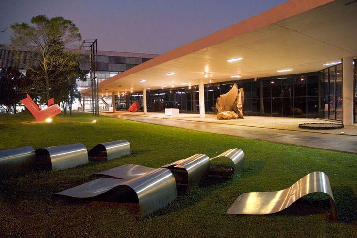 Museu de Arte Moderna, o MAM. Localizado sob a marquise do Parque Ibirapuera em São Paulo, foi projetado por Oscar Niemeyer em 1954 e reformado por Lina Bo Bardi em 1982.