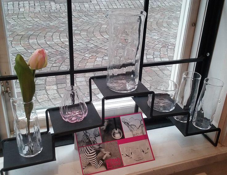 Handblåst glas från Big Pink i Rosa Hörnets skyltfönster