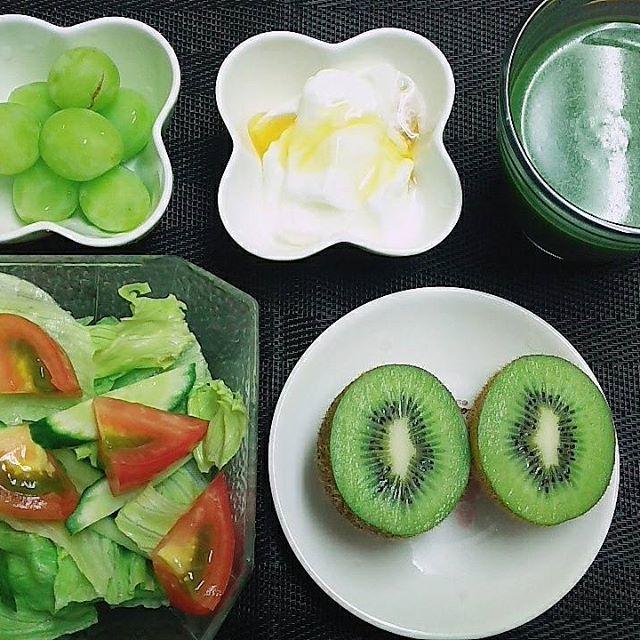 今朝も5時に目が覚めてしまいました。 お休みなのに、身体が規則正しく活動しています。 お休みで、色々とやることが満載。  けさは、しっかりとした朝食。 サラダ キウイフルーツ シャインマスカット はちみつヨーグルト 青汁  食べ終わったら、ネイルしよう。  #朝食#朝ごはん#おうちごはん#サラダ#キウイフルーツ#シャインマスカット#はちみつ#ヨーグルト#青汁#美容#健康#ネイル#ネイルチェンジ#ジェルネイル#セルフネイル#