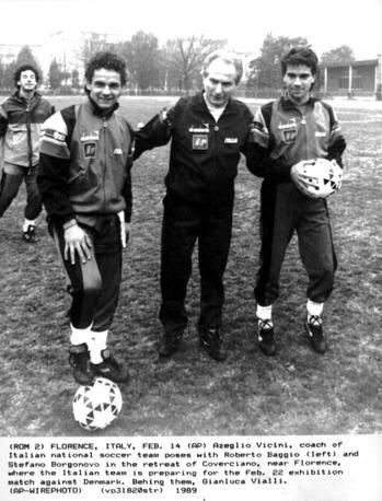 Stefano Borgonovo (a destra) in Nazionale con Azeglio Vicini e Roberto Baggio. Ap