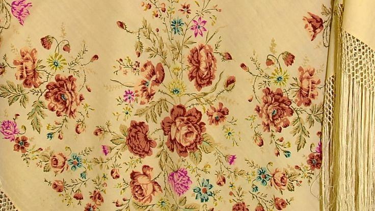Павловопосадские платки. В Павловском Посаде более 220 лет производят знаменитые платки. Тонкая ткань хорошо греет в морозы. Секрет в мериносовой шерсти.