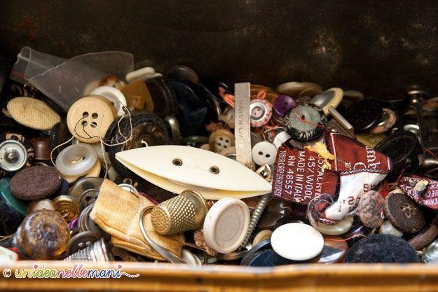 Una scatola di latta arrugginita non contiene solo bottoni vintage.