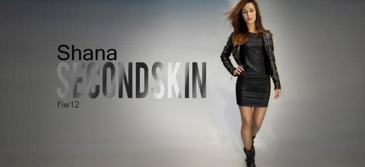 Gardıropların vazgeçilmez parçası siyah elbiseler, deri ceketle kombinlendiği zaman harika bir uyum yaratmıyor mu?