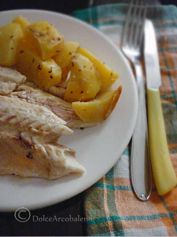 La spigola con patate al cartoccio è un secondo leggero e facile da preparare che accontenta sempre tutti in famiglia.  Preparalo anche tu! ( con video ricetta ) The sea bass with potatoes in foil is a second light and easy to prepare that pleases everyone in the family forever. Prepare it yourself! (With video recipe)